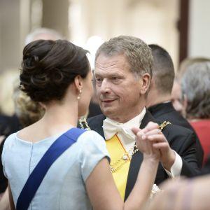 502cba1c86e5 Presidentparet Sauli Niinistö och Jenni Haukio dansar vid slottsbalen den 6  december 2014.