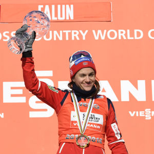 Heidi Weng firar världscupsegern i Falun.