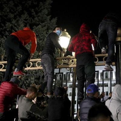 Mielenosoittajat kiipesivät parlamenttitalon aidan yli Kirgisian pääkaupungissa Bishekissä.