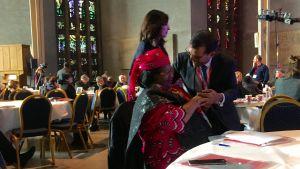 Maldivernas förre president Mohamed Nasheed kramar om Malawis förre president Joyce Banda