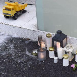 Gravljus och en leksakslastbil utanför bostaden där den 7-åriga pojken knivhöggs till döds julen 2018.