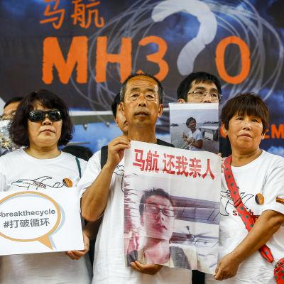 Anhöriga till passagerare ombord på flyg MH370 samlas till ett möte i Kuala Lumpur ett år efter att passagerarflygplanet försvann.