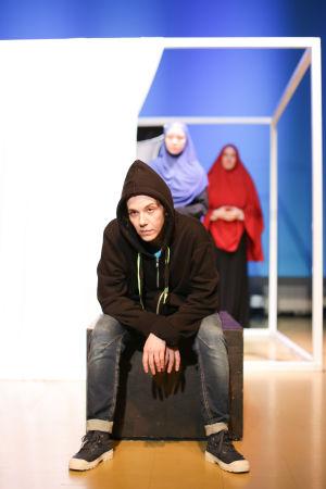 Trött på tjat -  Kaisa El Ramly som tonåringen Leila. I bakgrunden Anna Kuusamo och Olli Haataja.