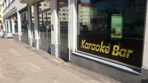 En karaokebar på en gata i Helsingfors.