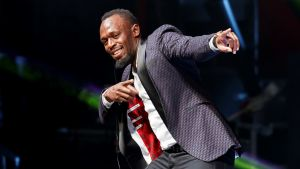 """Usain Bolt gör sin karakteristiska """"blixtgest""""."""