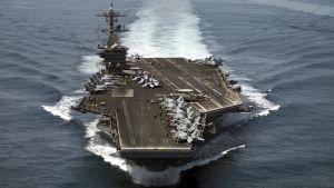 Det amerikanska hangarfartyget USS Theodore Roosevelt till sjöss.