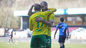 Teemu Pukki kramar om Emiliano Buendia.