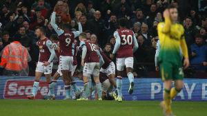 Aston Villa firar mål.