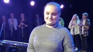 En ung kvinna ler och är glad då hon vunnit talangtävlingen Talent 2017 i Karis. Hon heter Andrea Degerlund.