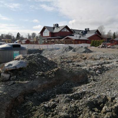 Bygget av Ingåstrand i Ingå kyrkby, uppgrävd sand på byggplatsen.