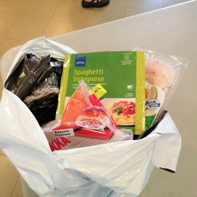 Vaasan ruoka-apuyhdistys pakkaa ruokaa kasseihin, kuvassa pakattu kassillinen valmisaterioita ja leikkeleitä.