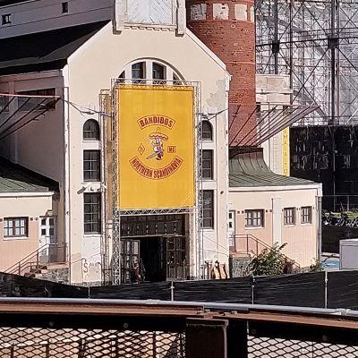 Bandidos-logo Kaapelitehtaan seinässä.