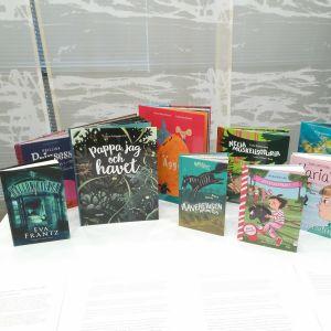 Flera färggranna böcker på ett bord.