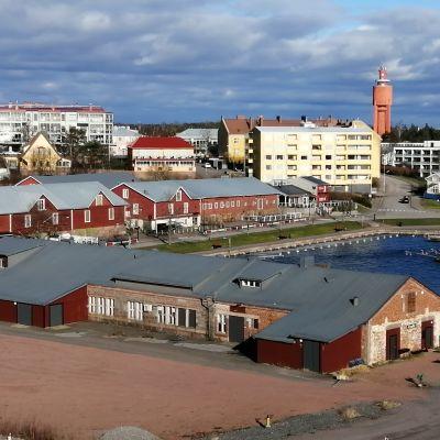 Östra hamnen i Hangö med sina röda magasin.