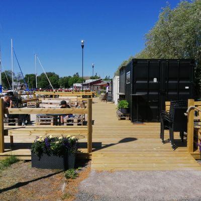 Jordpiren i Ingå en sommardag då det finns verksamhet på piren med uteservering.