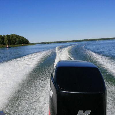 Svallvågor efter en motorbåt.