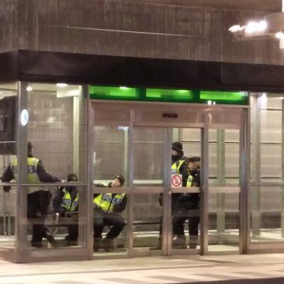 Gränskontroll Sverige - Danmark, Hyllje, poliser väntar på följande tåg från Kastrup