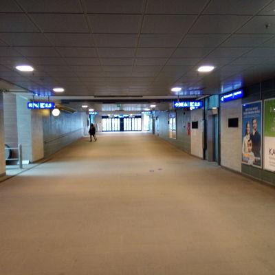 Tampereen asematunnelissa näkyi yksi ihminen ensimmäisenä sunnuntai-iltana Uudenmaan rajan sulkemisen jälkeen.