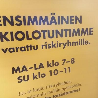 Teksti kyltissä: Ensimmöinen aukiolotuntimme on varattu riskiryhmille.