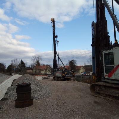 kaksi tolppajunttaa rautatien alikulun vieressä Tampereen Järvensivun koulun lähellä