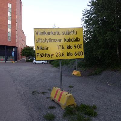 Keltaisessa taulussa lukee, että Viinikankatu avataan 23.6.2020 kello 6.