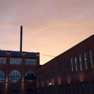 Kellertävä aamurusko Tampereen yllä 29.6.2020