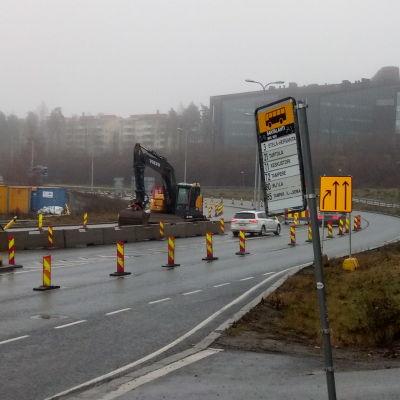 Tampereen Paasikiventielle on tehty väliaikaiset kaistat ratikkatyön takia.