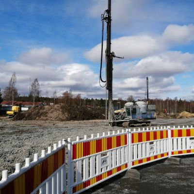 En maskin på bygget av Ingåstrand i Ingå kyrkby.