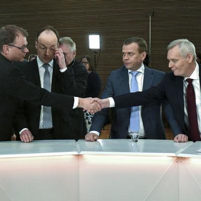 Juha Sipilä onnittelee Antti Rinnettä vaalituloksen johdosta.