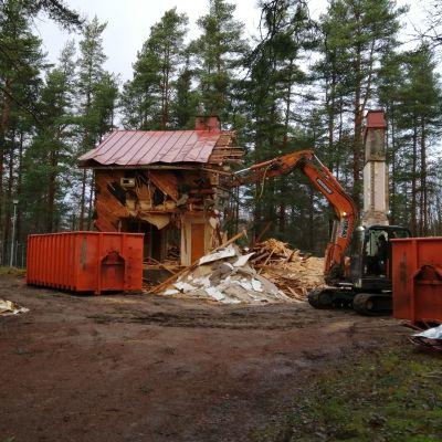 Askersgården i Svartå rivs. En grävmaskin håller på att ta ner de sista väggarna.