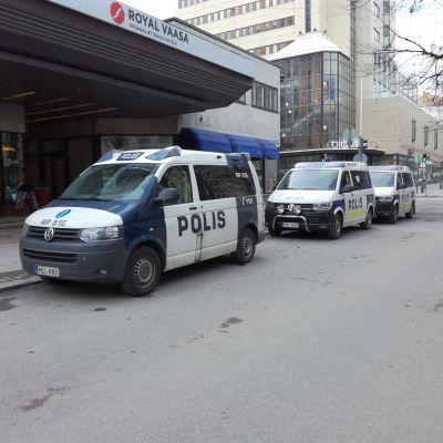 Polisbilar på Hovrättsesplanaden i Vasa.