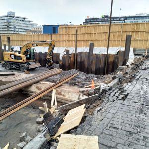 Staketet har ramlat ner i gropen där torgparkeringen under Åbo salutorg byggs.