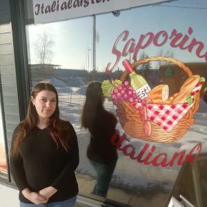 I sin nya butik praktiserar Francesca Frattucci sina språkkunskaper..jpg