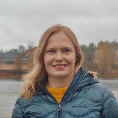 Kansanedustaja Hanna Kosonen Savonlinnan Casinon edustalla.