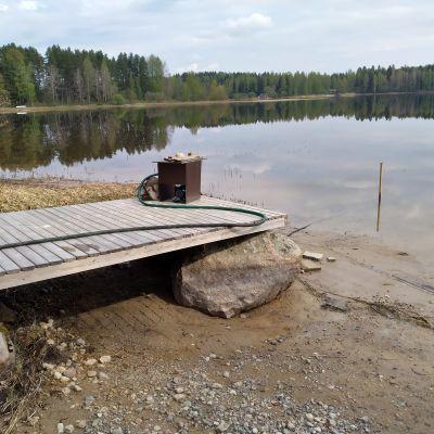 Vesi on poikkeuksellisen matalalla Kymijoella Mankalassa.