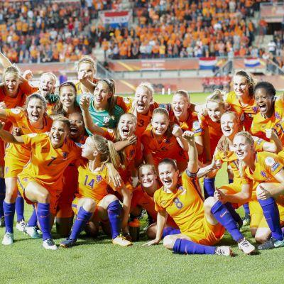 Glada holländska fotbollsdamer.
