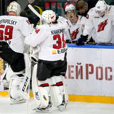 Målvakterna Vladislav Podyapolski och Rafael Khakimov byter plats på isen