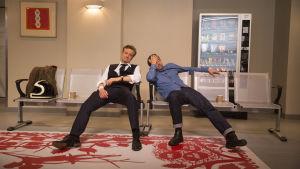Två trötta män på en sjukhusbänk i väntan på att förlossningen skall vara över