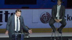 Jari Kurri hyllade Teemu Selänne under ceremonin när Selännes tröja hissades i taket i Anaheim för två år sedan. Nu har de utsetts till tidernas främsta finländska NHL-spelare av ligan själv.