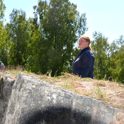 Minna Turunen och Eija Saukko-Riipi vid ruinerna i Gamla Vasa.