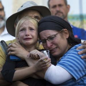 Den mördade 13-åringens familj på hennes begravning i Kiryat Arba, torsdagen 30.6.2016