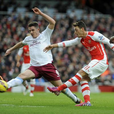Mesut Özil gjorde ett av Arsenals fem mål.