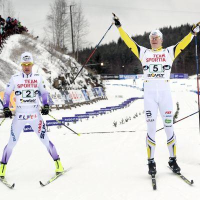 Matias Strandvall sträcker armarna i luften