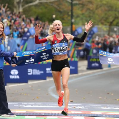 Shalane Flanagan korsar mållinjen i New York