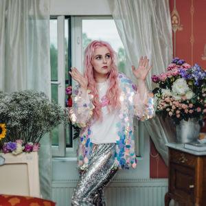 Ellinoora poseeraa huoneessaan Vain elämää -ohjelmassa.