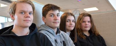 Fyra tonåringar sitter på en soffa och tittar in i kameran.