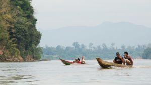 Vattendragen fungerar som viktiga trafikleder. Sesan-floden flyter genom den stora provinsen Ratanakiri där det finns bara en belagd väg.