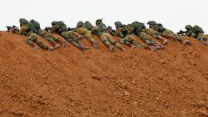 Israeliska soldater i Nahal Oz i position mot demonstranter i Gaza 30.2.2018.