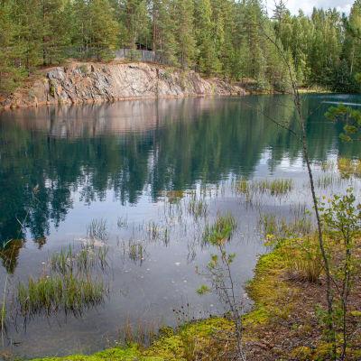 Telkkälän vanha avolouhos on täyttynyt vedellä.