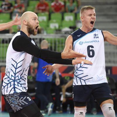 Finländska volleybollspelare jublar.